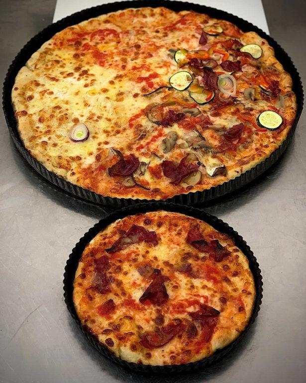 Domenica sera per molti vuol dire relax e pizza e noi li accontentiamo da anni con la nostra storica pizza! Le abbiamo di tutte le dimensioni piccola, media, grande ma anche MAXI!